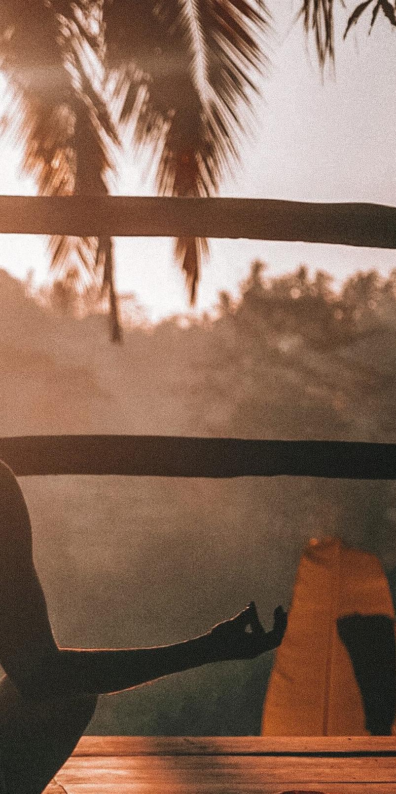 een deel van een foto met iemand die mediteert